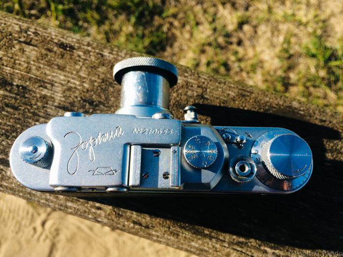 Mi cámara lleva el nombre Zorki grabado en cirílico, lo que indica que es un modelo fabricado para el mercado interior de la URSS. Las fabricadas para exportación llevaban el nombre en caracteres latinos.